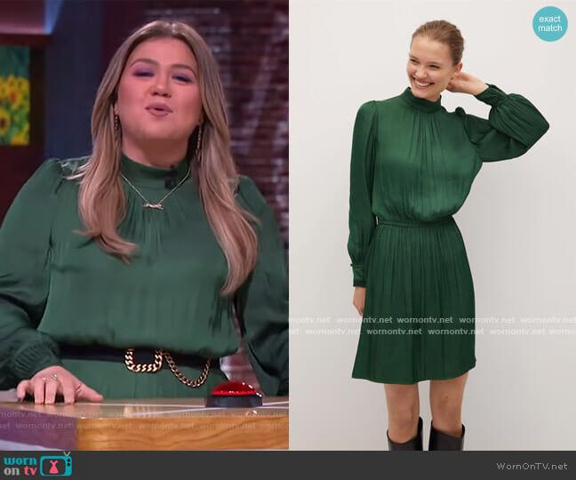 Flowy puffed-sleeve dress by Mango worn by Kelly Clarkson  on The Kelly Clarkson Show