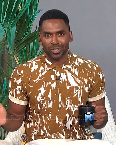 Justin's camel abstract print polo shirt on E! News Daily Pop
