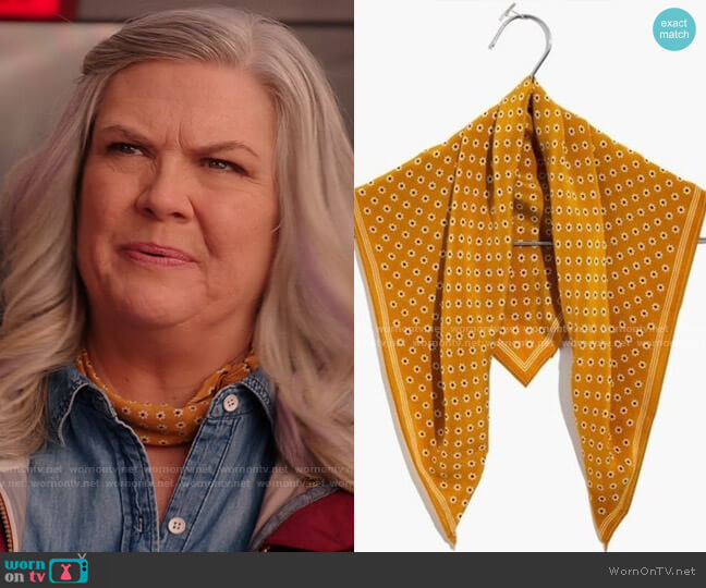 Madewell Silk Bandana in Vintage Gold worn by Gloria McManus (Paula Pell) on Girls5eva