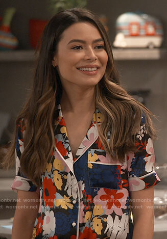 Carly's floral short sleeve shirt on iCarly
