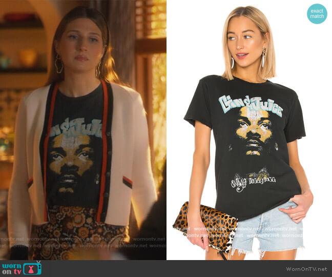 Camiseta De Banda Snoop by Daydreamer worn by Nomi Segal (Emily Arlook) on Grown-ish