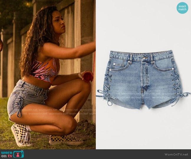 H&M Denim Shorts High Waist worn by Kiara Carrera (Madison Bailey) on Outer Banks