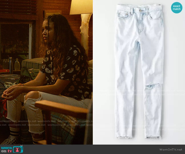 American Eagle Slashed Knee Mom Jeans worn by Kiara Carrera (Madison Bailey) on Outer Banks