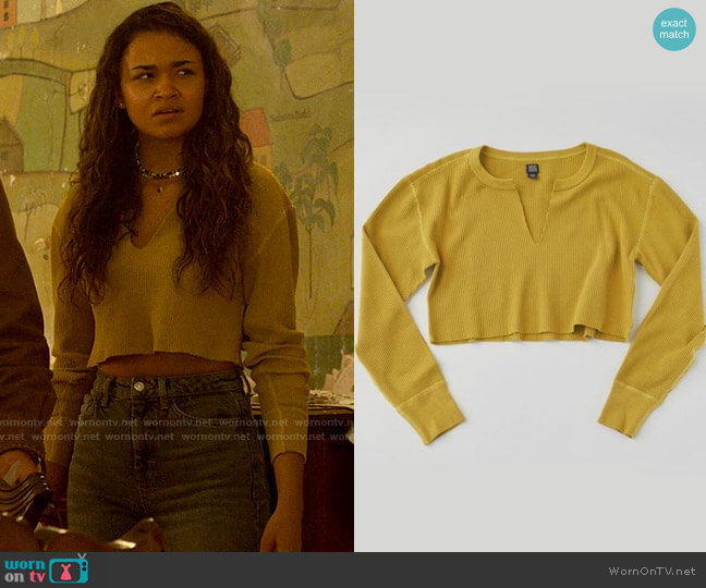 BDG Corey Notched Thermal Cropped Top worn by Kiara Carrera (Madison Bailey) on Outer Banks