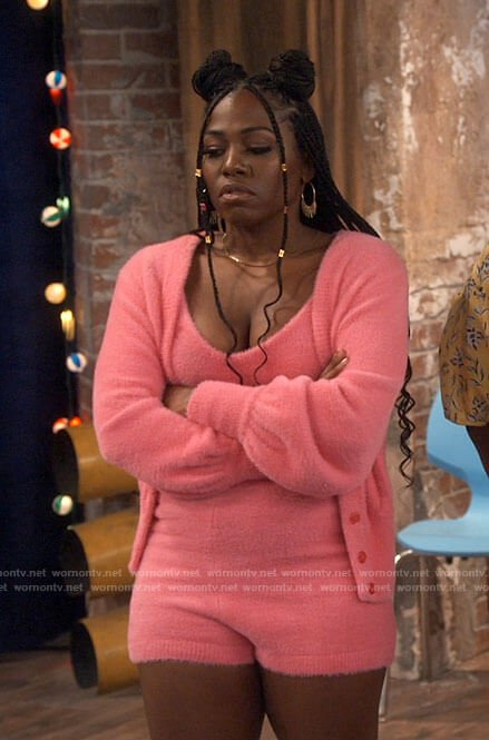 Harper's pink fluffy outfit on iCarly
