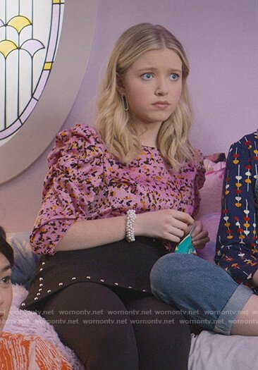 Stacey's pink printed top on The Baby-Sitters Club